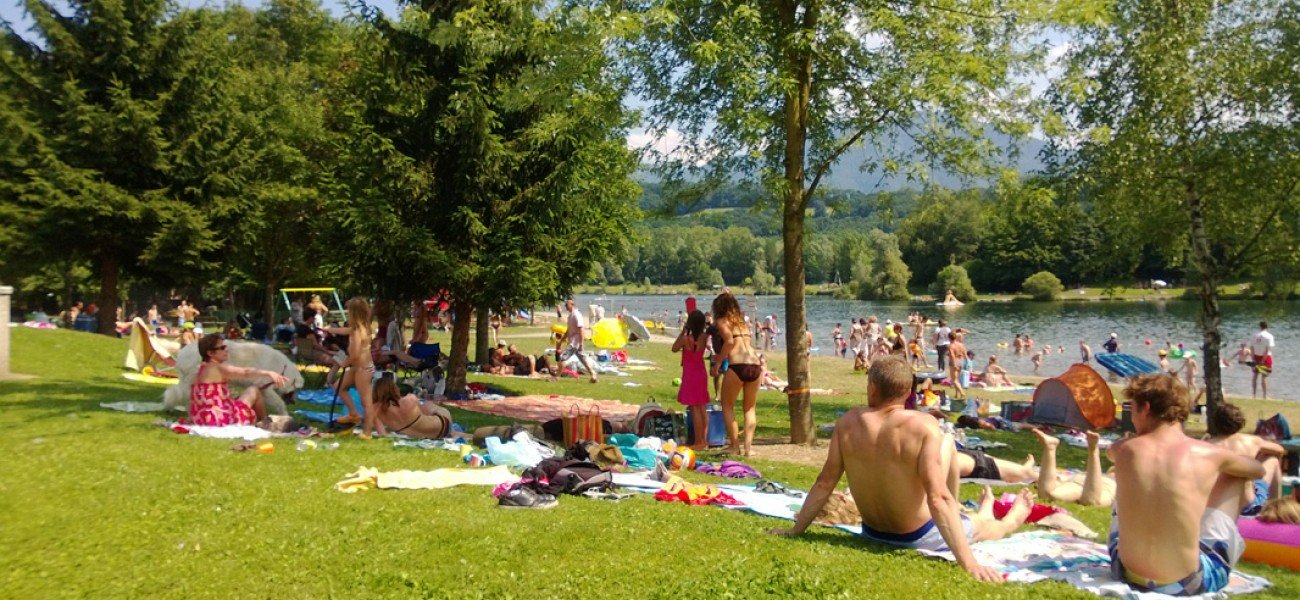 Camping en los Alpes - Lago Carouge - Playa del lago